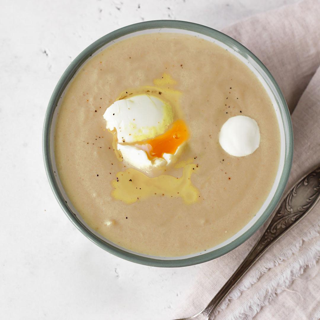 Crema de champiñones con salvia y huevo poché, una receta saludable para subir el ánimo