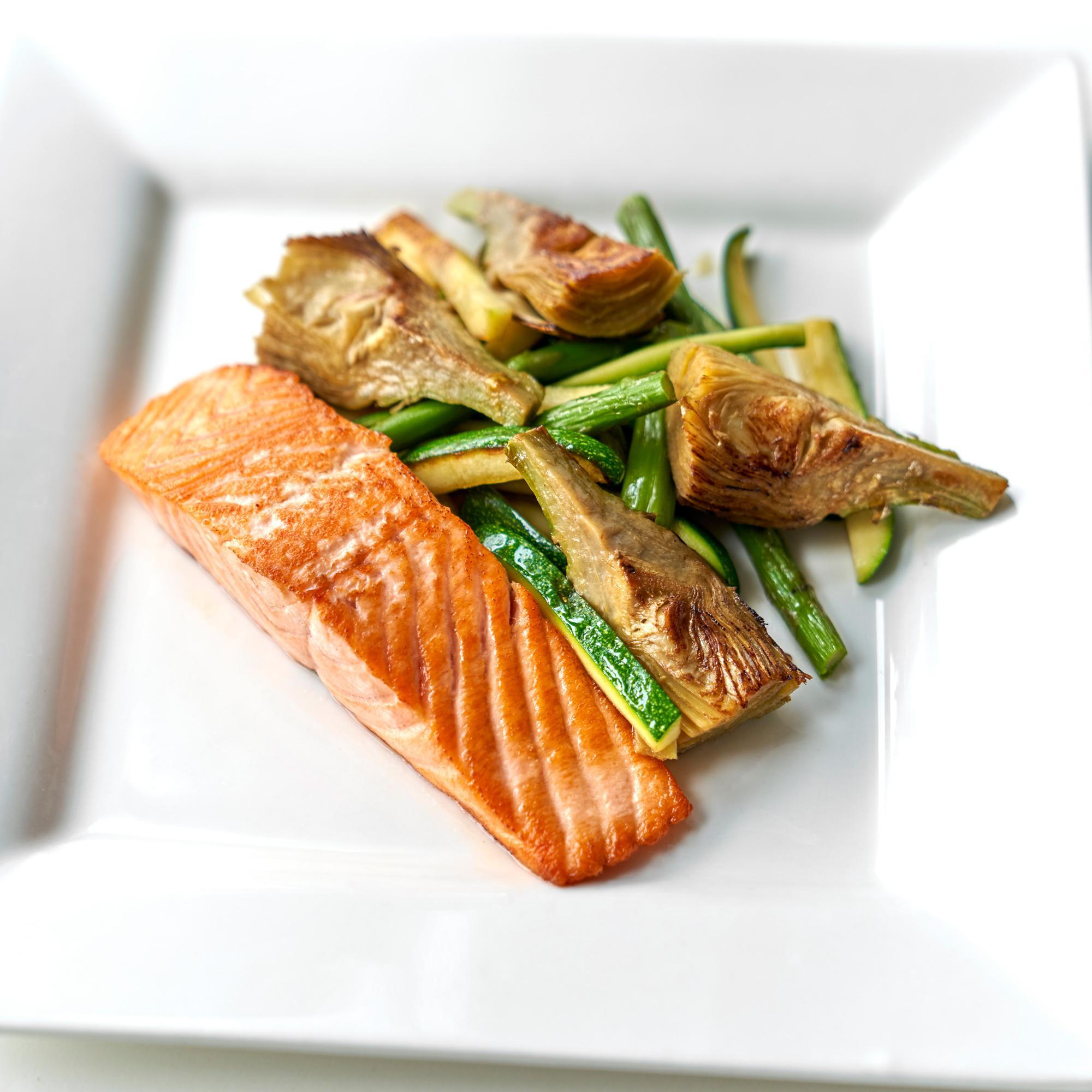 Receta saludable de salmón con alcachofas, judías verdes y calabacín